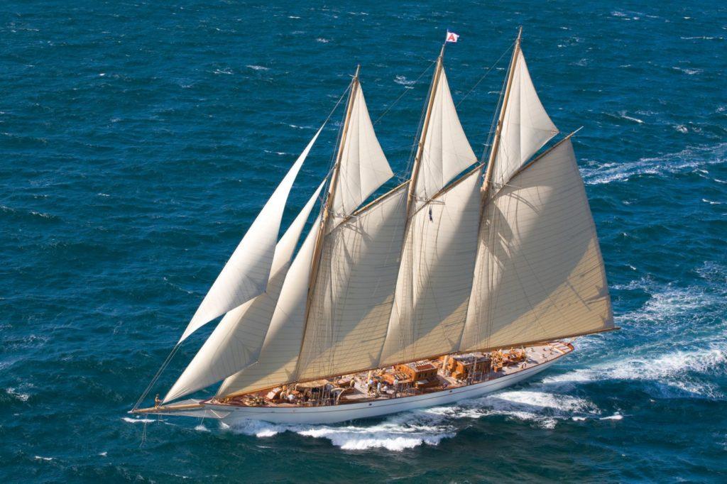 großes Seegelboot auf dem Meer