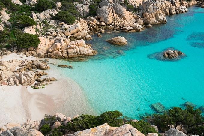 Strand von Cala Coticcio mit türkisfarbenem Wasser