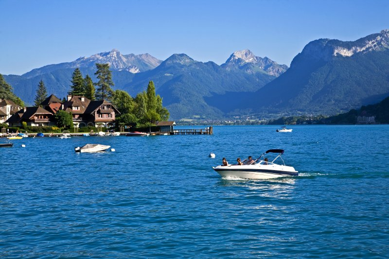 Boot auf einem See mit Bergen im Hintergrund