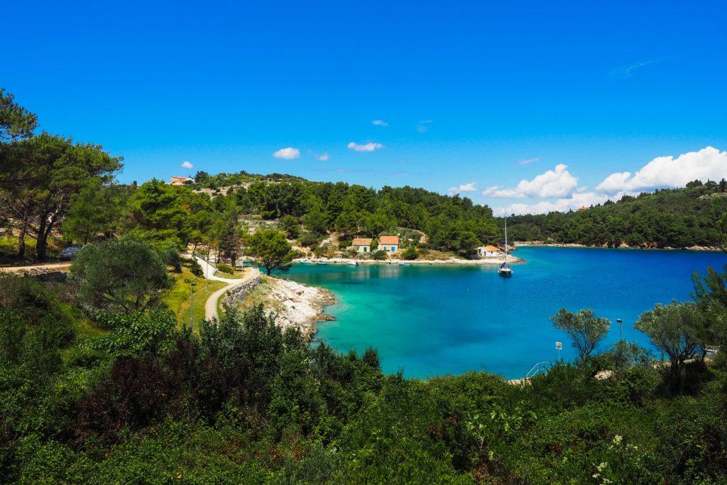 Insel Lošinj mit türkisblauem Wasser und grüner Natur