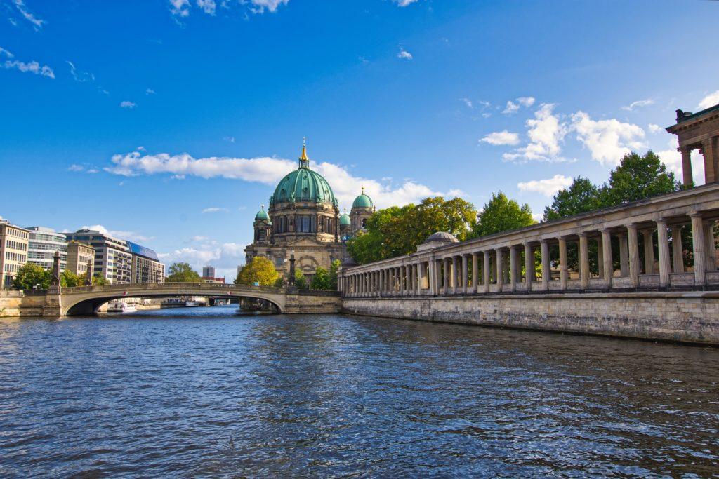 Spree in Berlin mit Brücke und Dom im Hintergrund