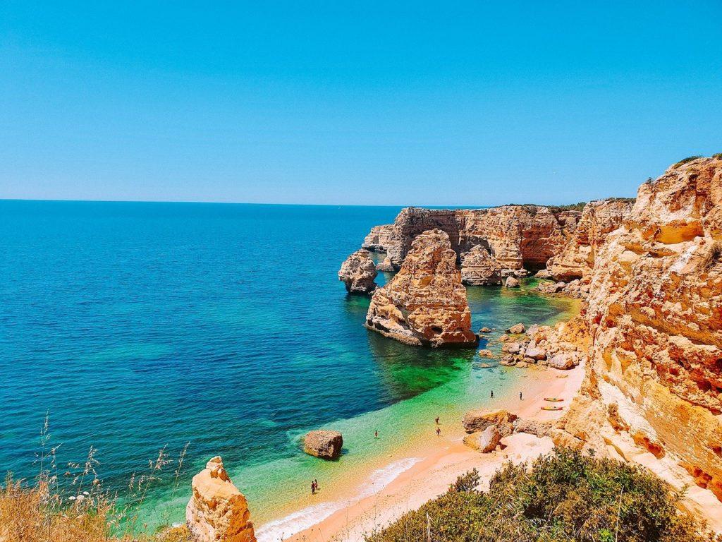 Blick von der Küste auf den Praia da Rocha und die Felsen an der Algarve in Portugal