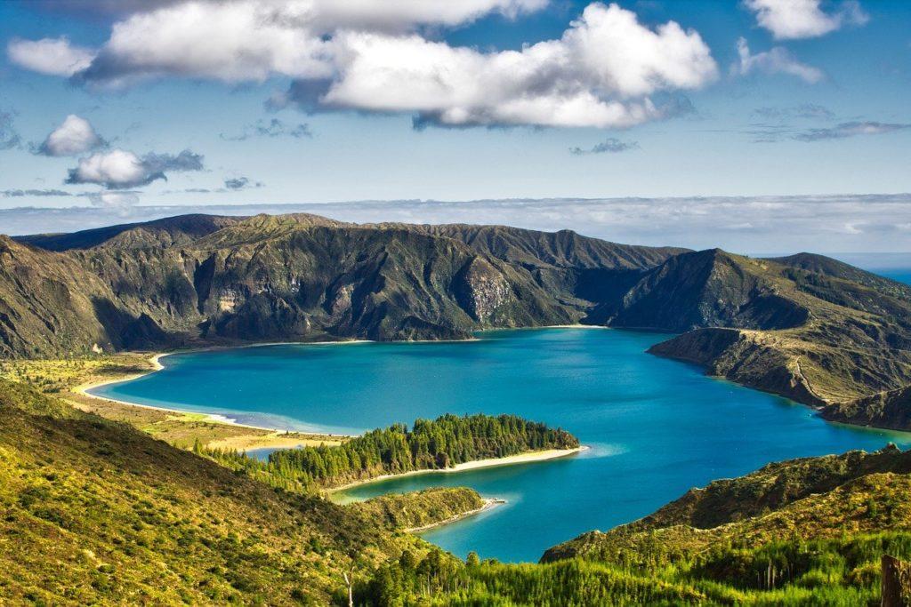 Blick auf die grüne und vulkanische Landschaft einer Insel der Azoren