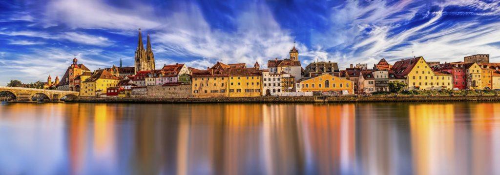 Regensburg an der Donau mit Panoramablick über Donau und die Altstadt