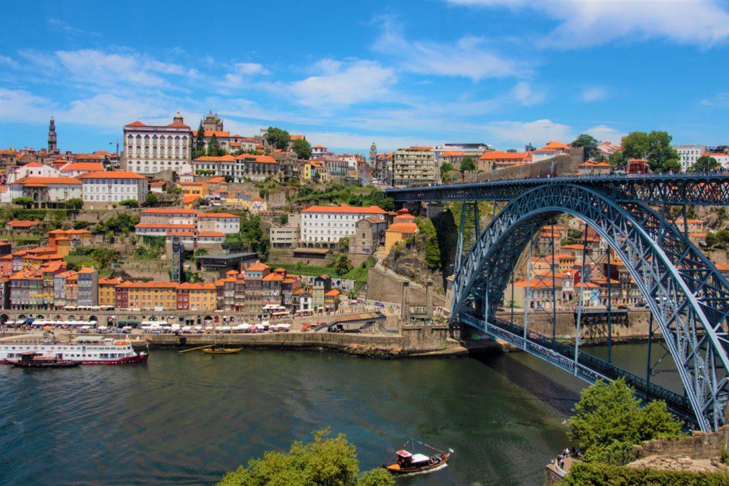 Blick über den Douro auf Porto mit der Brücke Dom Luís I