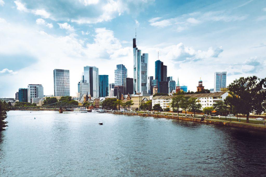 Frankfurt am Main mit Blick auf die Skyline vom Wasser aus