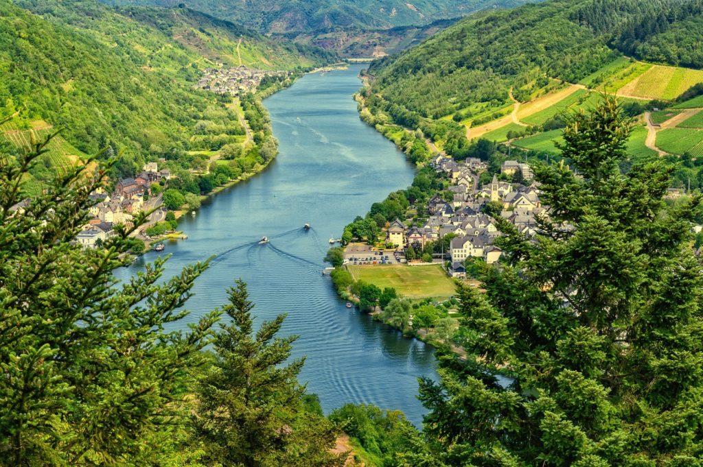 Fluss Mosel mit Weinbergen links und rechts