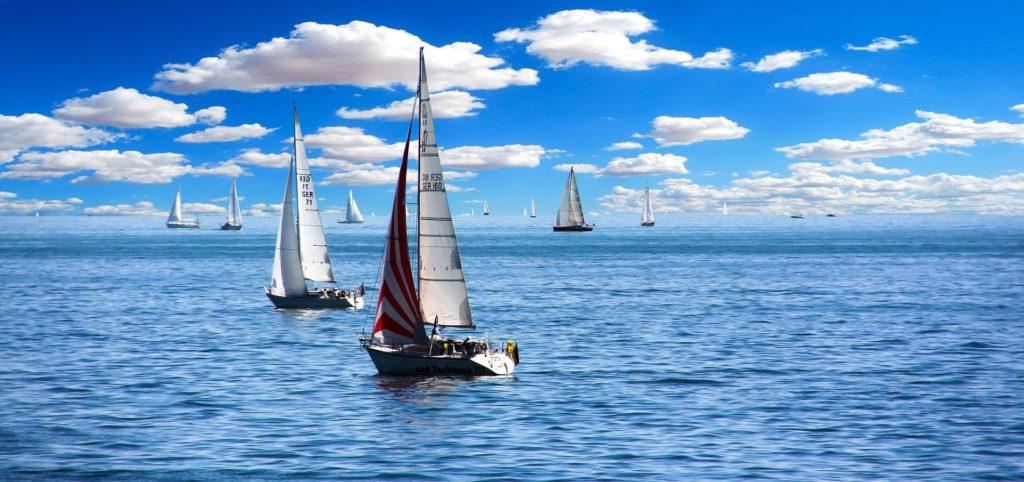 Segelboote auf dem Bodensee mit Wolken in Hintergrund bei strahlend blauem Himmel