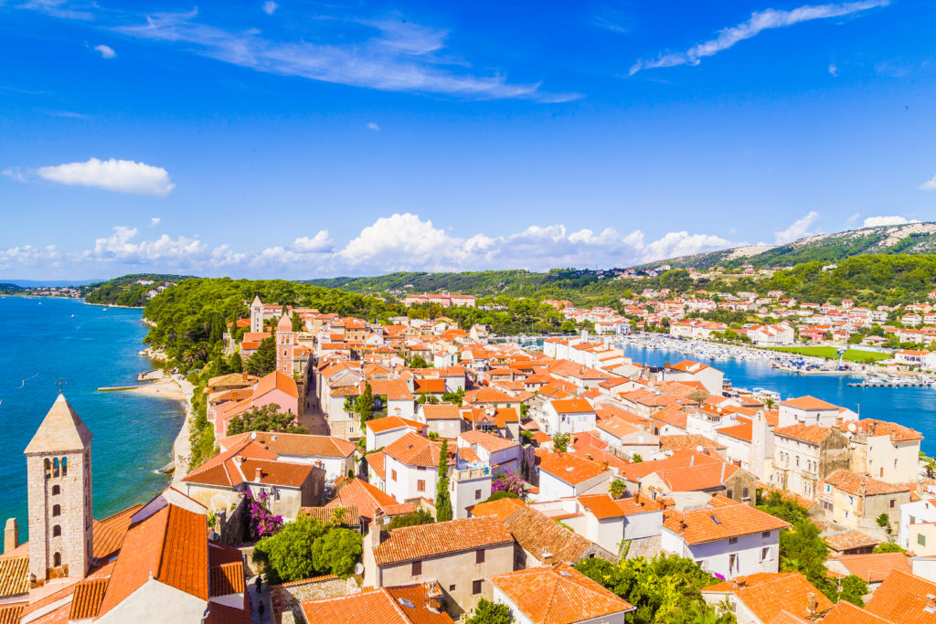 Schönes landschaftliches Bild der Stadt Rab in Kroatien