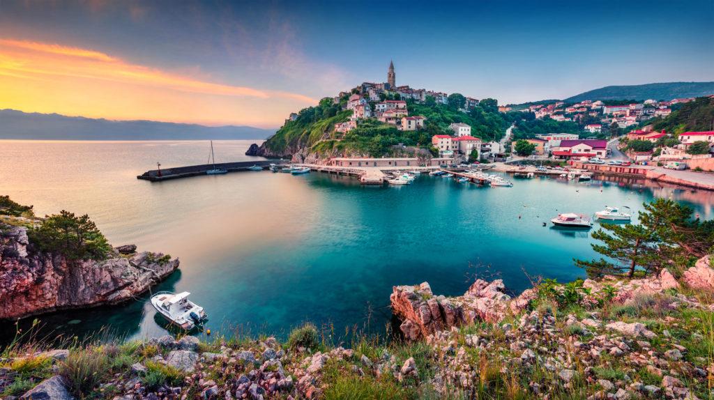 Blick auf die Altstadt der Insel Krk bei Sonnenuntergang