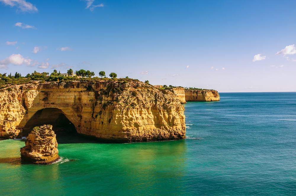 Schöne Aussicht auf den Strand von Vale Covo in der Nähe von Portimao, Algarve, Portugal. Ruhige türkisfarbene Bucht mit Felsformationen und Höhlen.