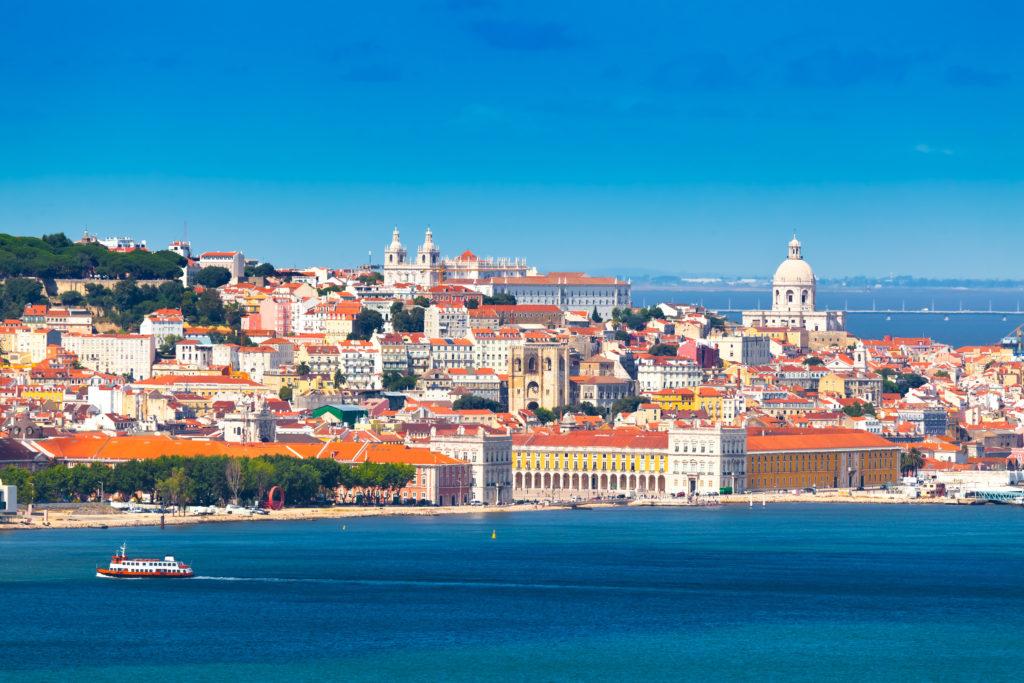 Blick auf Lissabon von der anderen Seite des Tejos aus