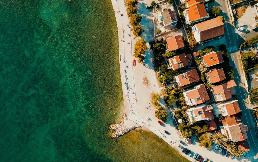 Vogelperspektive auf Zadar mit Häusern und Meer