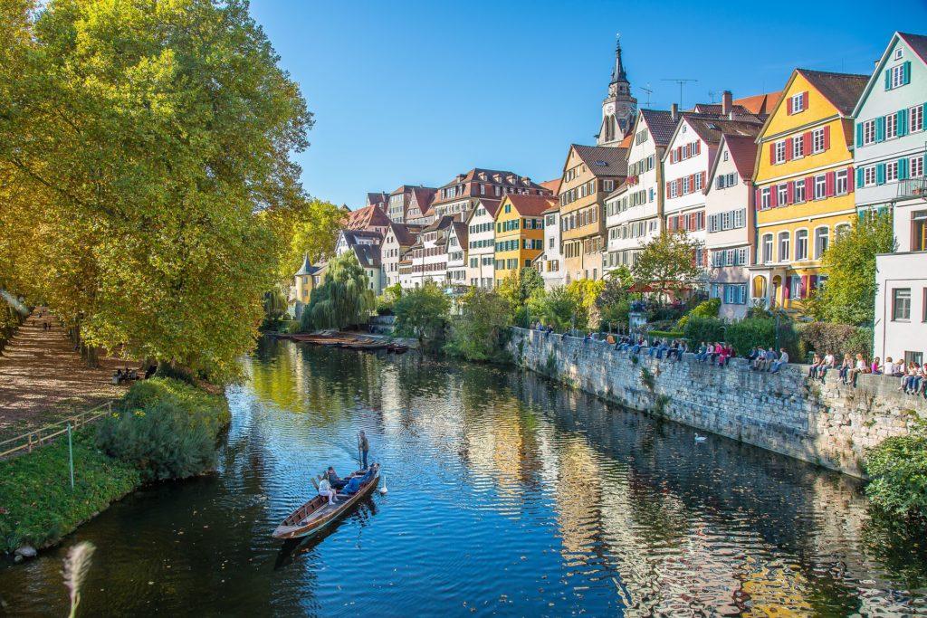 Tübingen am Neckar mit vielen bunten alten Häuschen am Wasser und einem Ruderboot auf dem Neckar