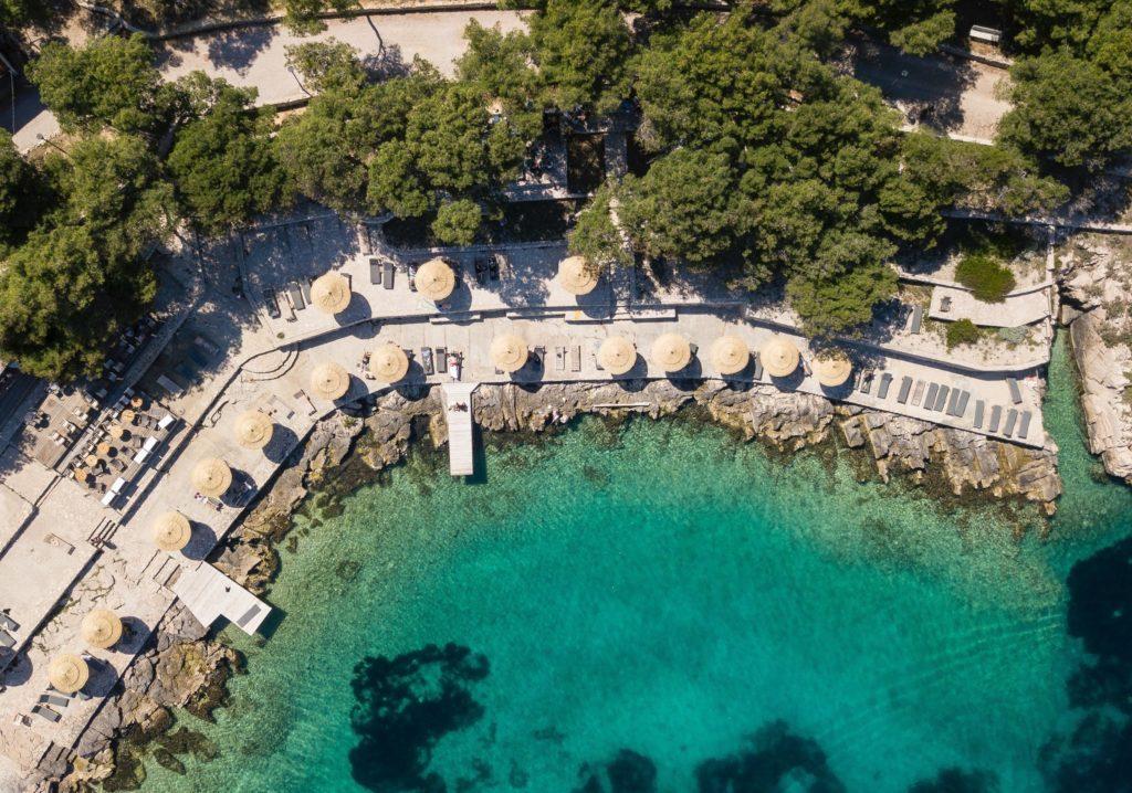 Blick auf die Insel Obonjan und das türkisfarbende Wasser aus der Vogelperspektive