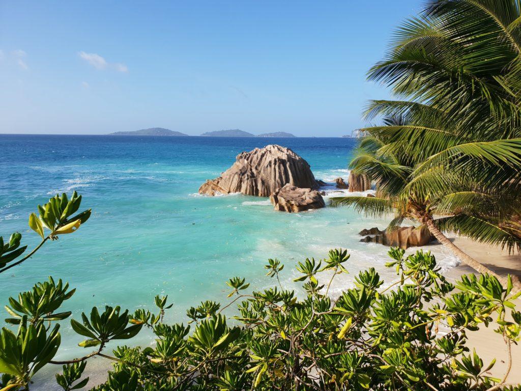 Blick von der Insel La Digue der Seychellen auf das Meer