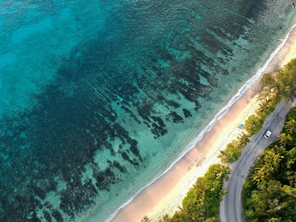 Strand und Meer vor der Insel Mahé der Seychellen aus der Vogelperspektive