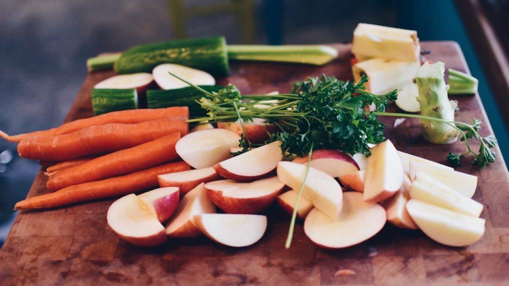 geschnittenes Obst und Gemüse liegt auf einem Brett