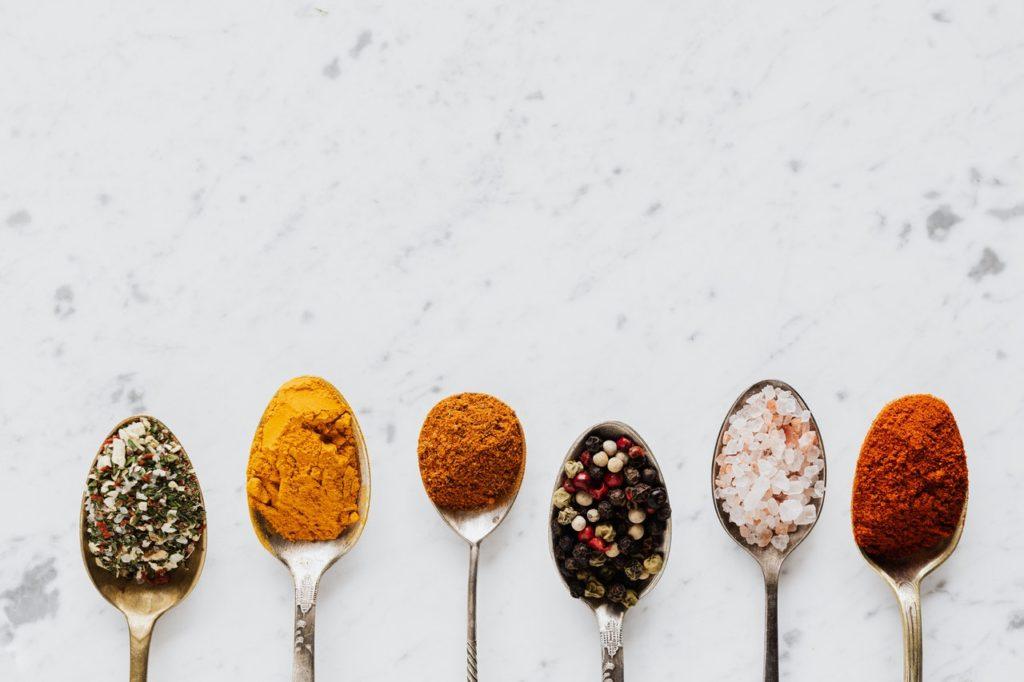 6 verschiedene Esslöffel mit verschiedenen Gewürzen auf den Löffern