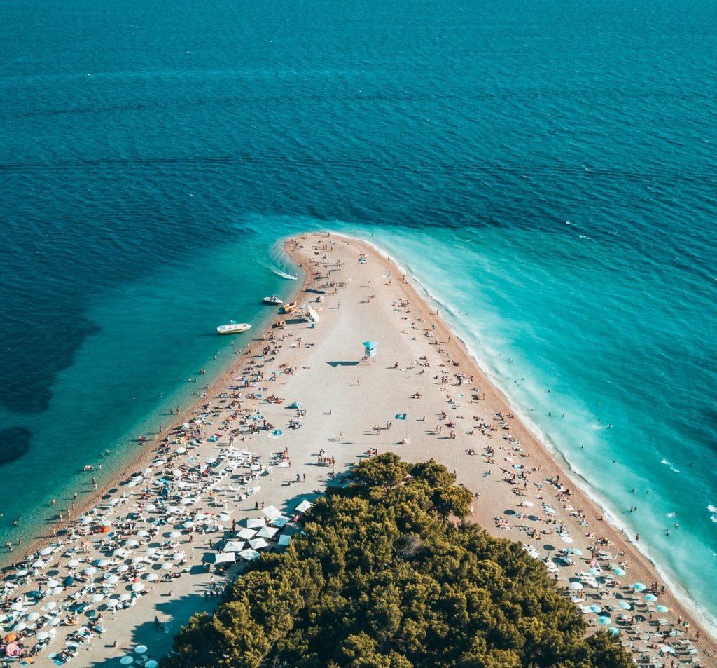 Blick auf den Strand Strand Zlatni Rat auf der Insel Bol aus der Vogelpersepktive
