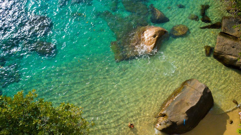 Blick auf einen Strand der Seychellen