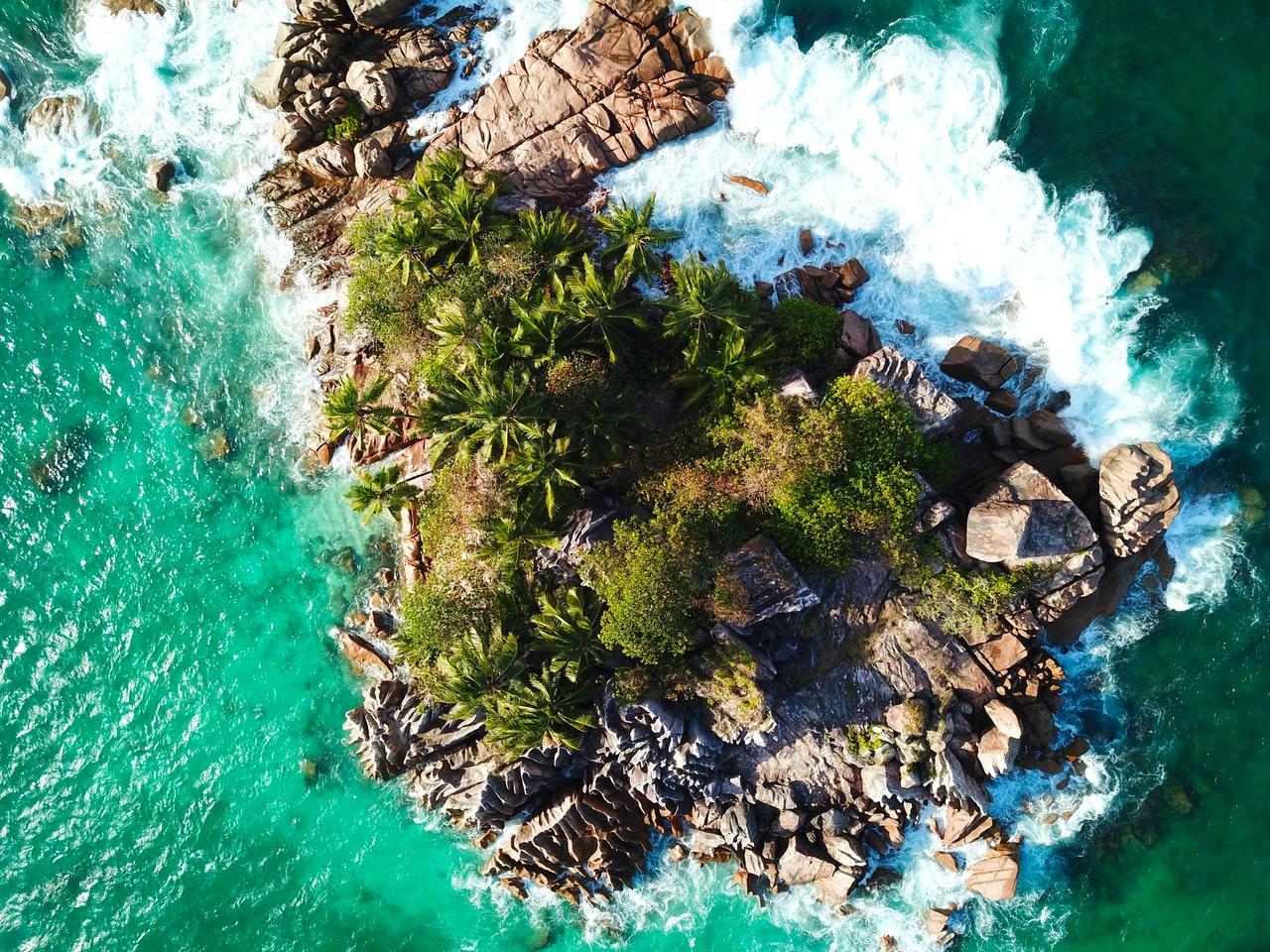 Draufsicht auf eine Insel der Seychellen aus der Vogelperspektive