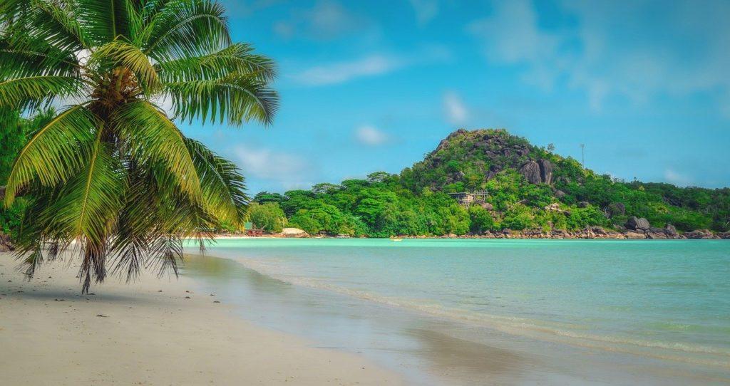 Blick auf die grüne Insel Praslin der Seychellen