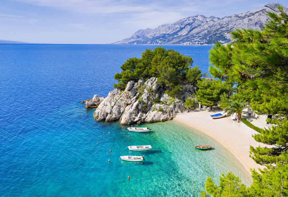 Schöner Strand in der Nähe von Brela Stadt, Dalmatien, Kroatien. Riviera Makarska, berühmtes Wahrzeichen und Reiseziel in Europa