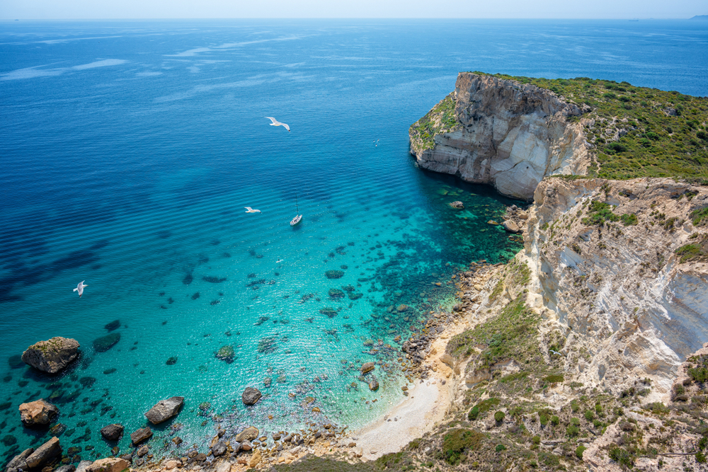 Luftblick auf die Küste mit klarem türkisfarbenem Meer - Cagliari, Sardinien, Sella del Diavolo.