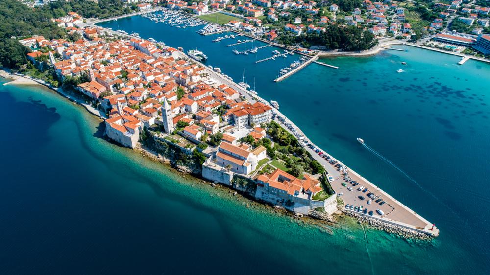 Luftaufnahme der Insel Rab und des Yachthafens, Kroatien, Adriatisches Meer
