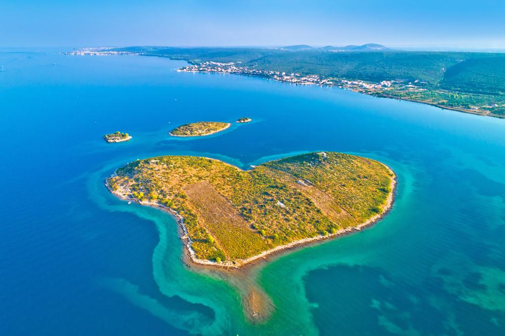 Herzförmige Insel Galesnjak in Zadar Archipel Luftsicht, Dalmatien Region Kroatien