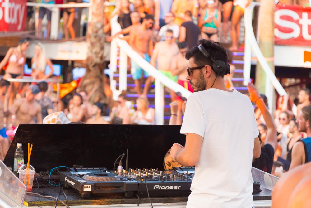Kroatien, Insel Pag - Juli 24, 2015: Eine Menge junger Leute feiern an einem heißen Sommertag am Strand Zrce, Novalja, Insel Pag, Kroatien. Der Strand Zrce ist das beliebteste Partyziel an der Adria.