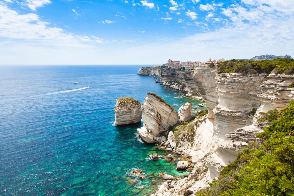 Aussicht auf die Altstadt von Bonifacio auf Felsen, Korsika, Frankreich
