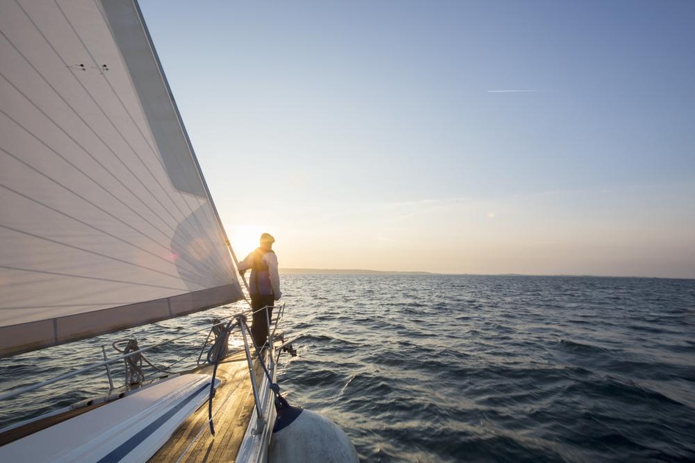 Mann steht auf einer Luxusyacht auf See