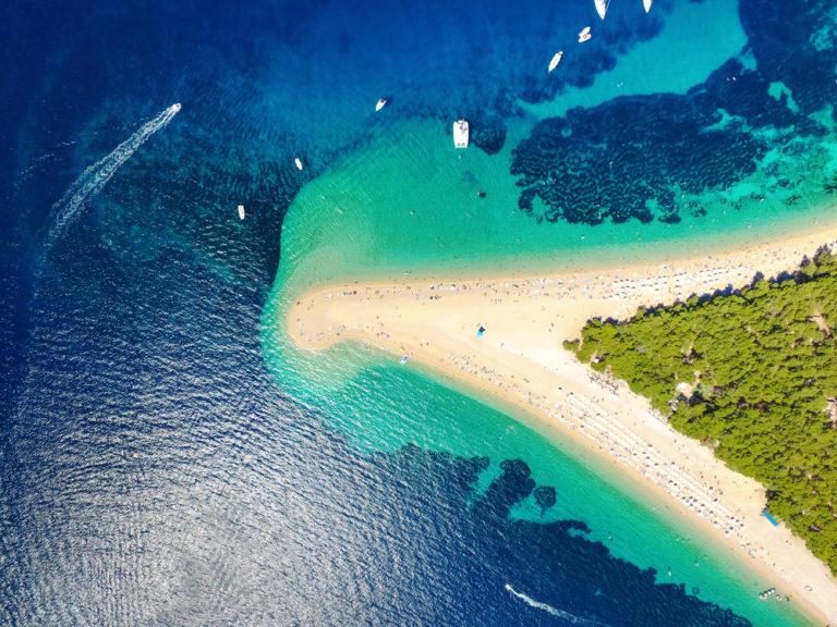 Luftbild des Strandes von Zlatni rat in Bol, Insel Brac, Kroatien