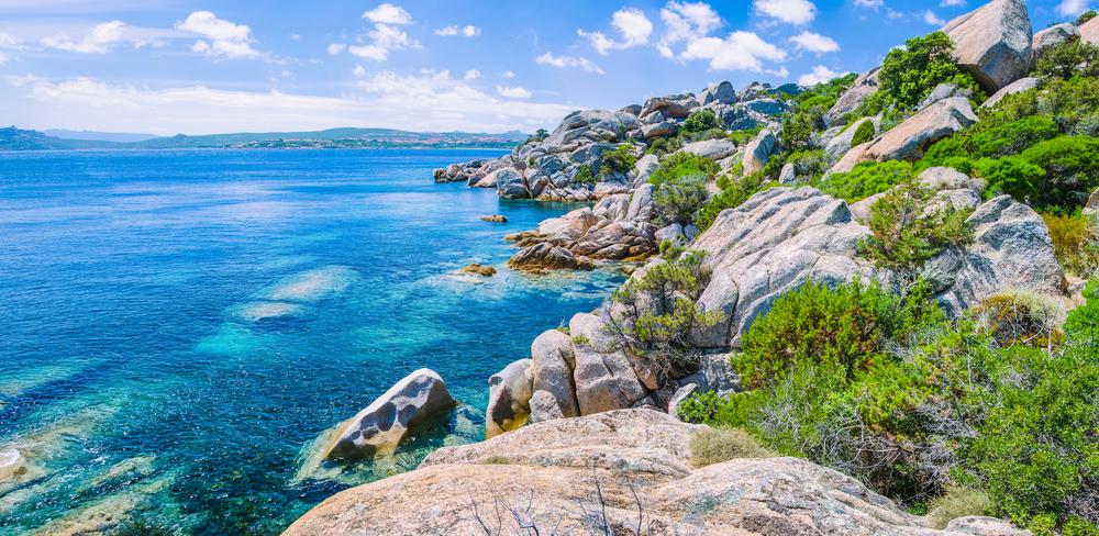Bizarre Granitfelsen und azurblaues Wasser auf der wunderschönen Insel Sardinien bei Porto Pollo, Sargedna, Italien