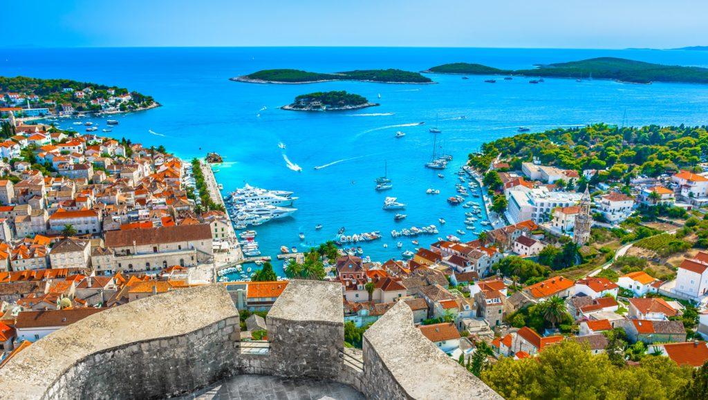Luftblick auf den faszinierenden Archipel vor der Stadt Hvar, Kroatien Mittelmeer