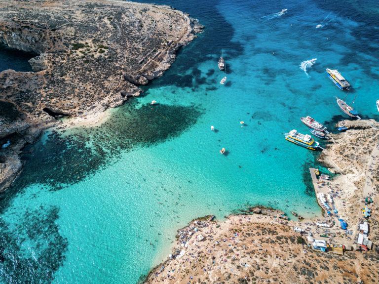 Luftansicht der berühmten Blauen Lagune im Mittelmeer. Comino Insel, Malta.
