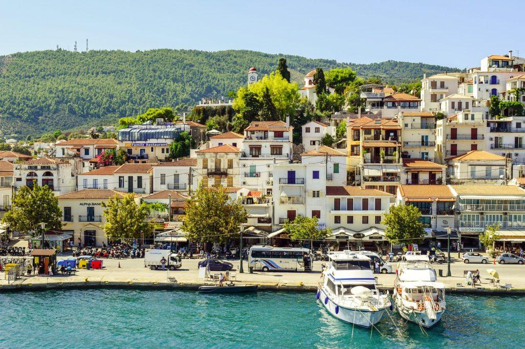 Blick auf die Stadt Skiathos auf der griechischen Insel Skiathos