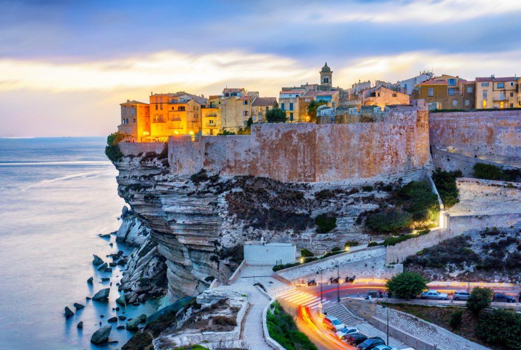 Blick auf die Stadt Bonifacio bei Dämmerung, Korsika