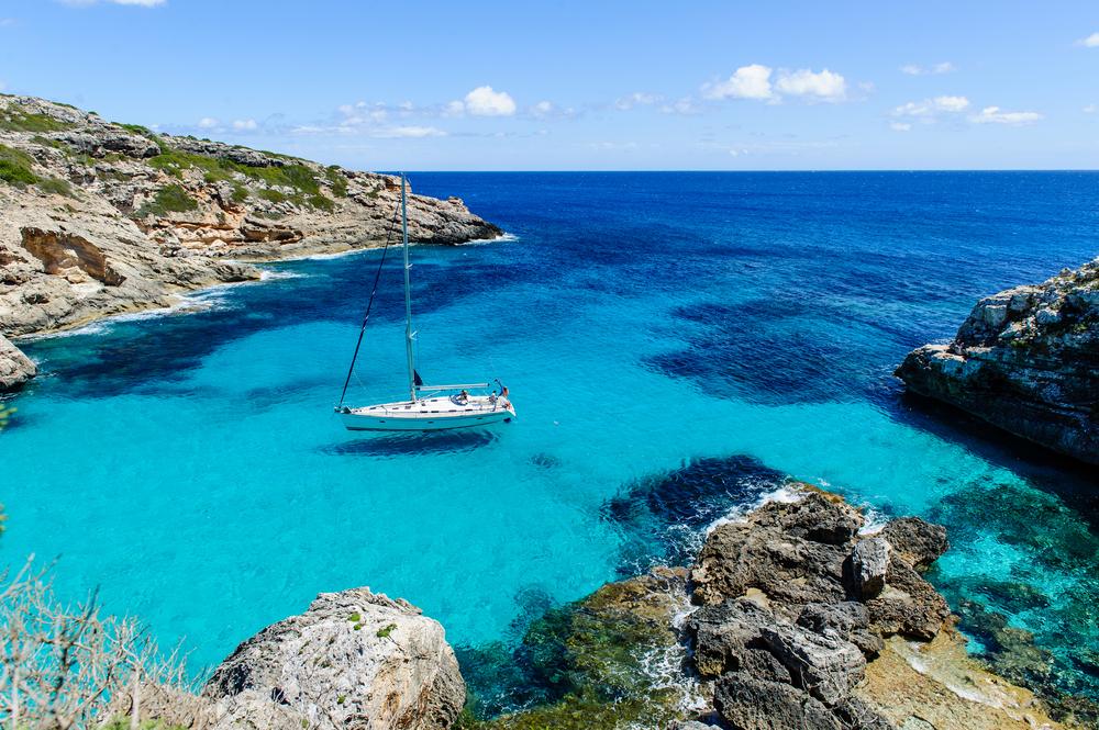 Segelboot vor Anker in einer paradisischen Bucht am Cala Marmolis.