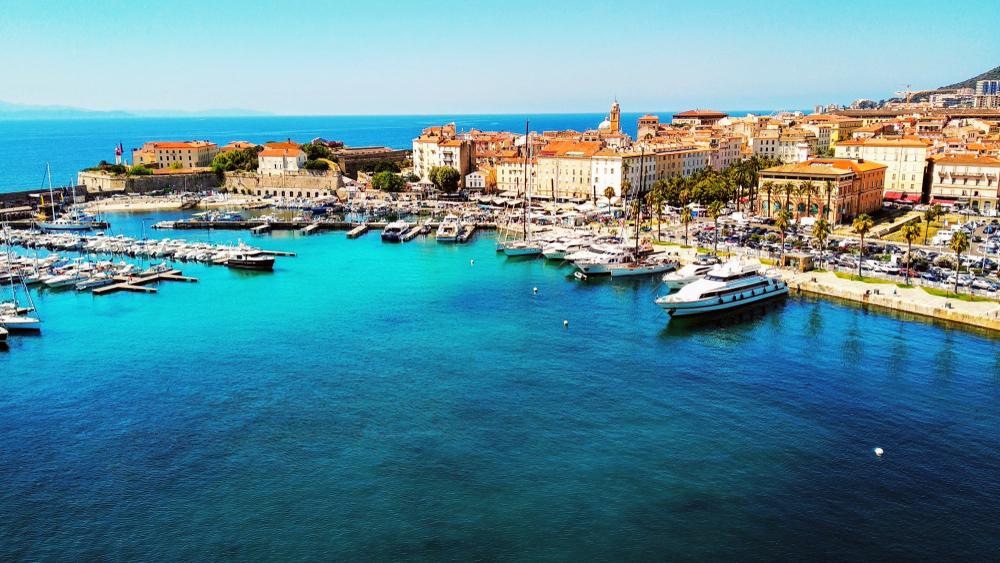 Blick von oben auf die Küstenlinie und das marinain Korsika in Ajaccio
