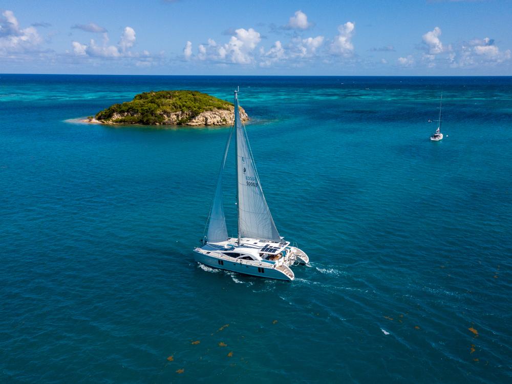 Katamaran im Antigua-Ozean neben einer kleinen Insel