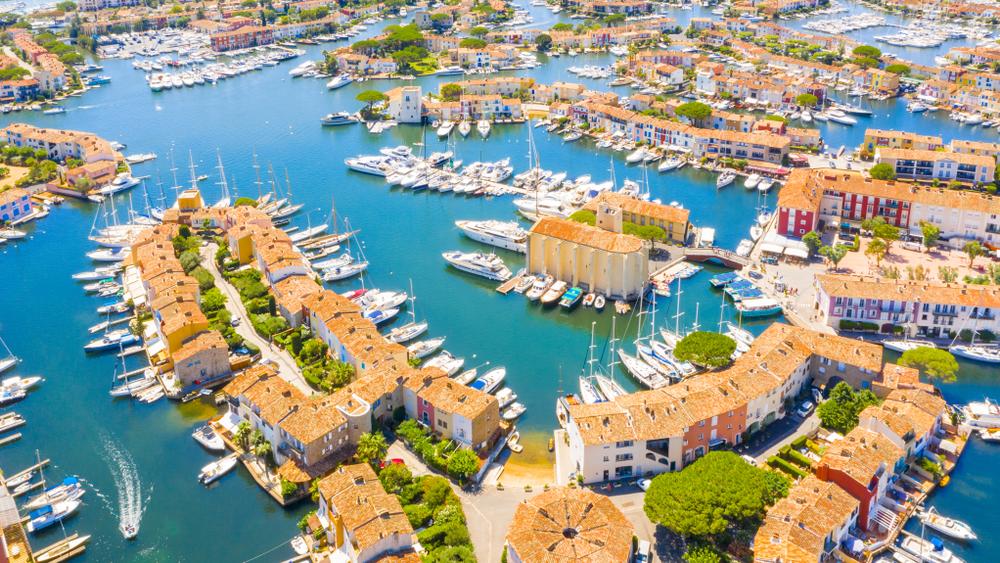 Ansicht der bunten Häuser und Boote in Port Grimaud während des Sommers, Port Grimaud, Frankreich