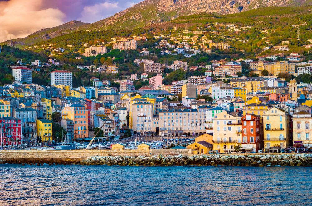 Schönes Panorama der Stadt Bastia auf Korsika. Aerial Skyline-Ansicht der Hauptstadt der Insel Korsika.