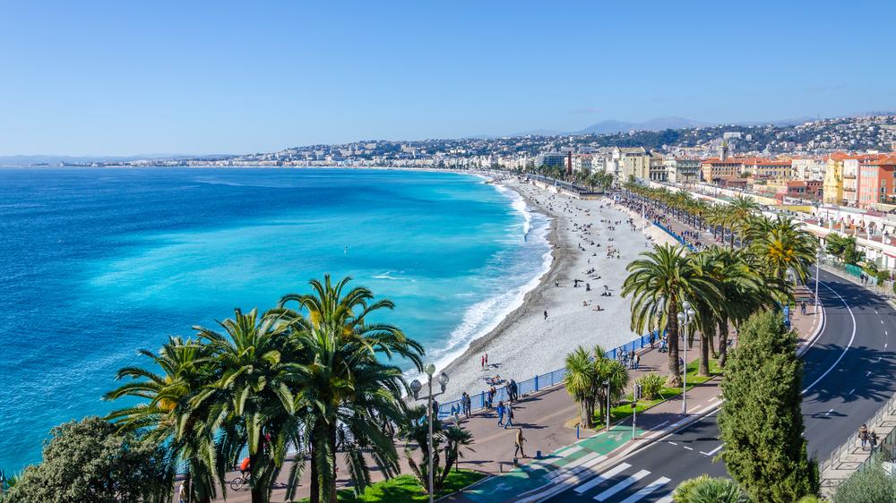 Blick auf das Mittelmeers und den Strand von Nizza, Bucht der Engel, Nizza, Frankreich