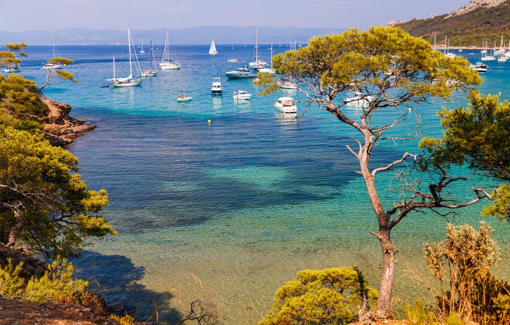 Schöne Bucht mit Yachten in Porquerolles, der Insel im Süden Frankreichs. Ferien in Frankreich.