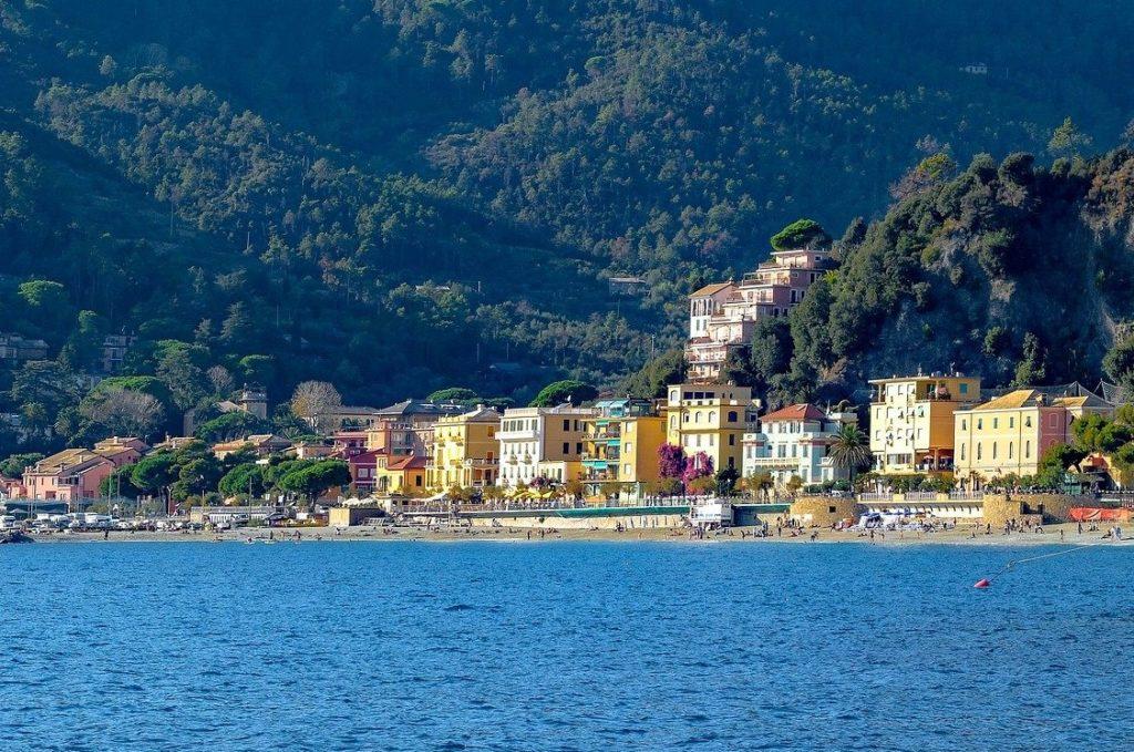 Blick auf das Dorf Monterosso al Mare der Cinue Terre, Italien