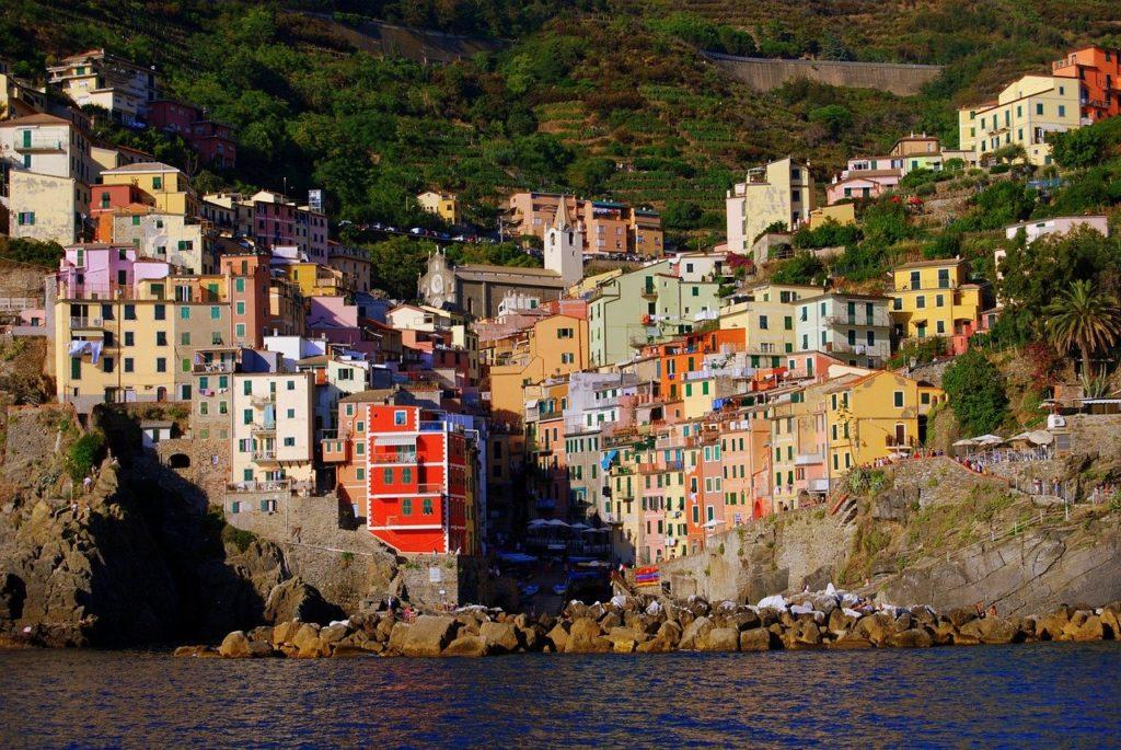 Blick auf das Dorf Riomaggiore  der Cinque Terre in Italien