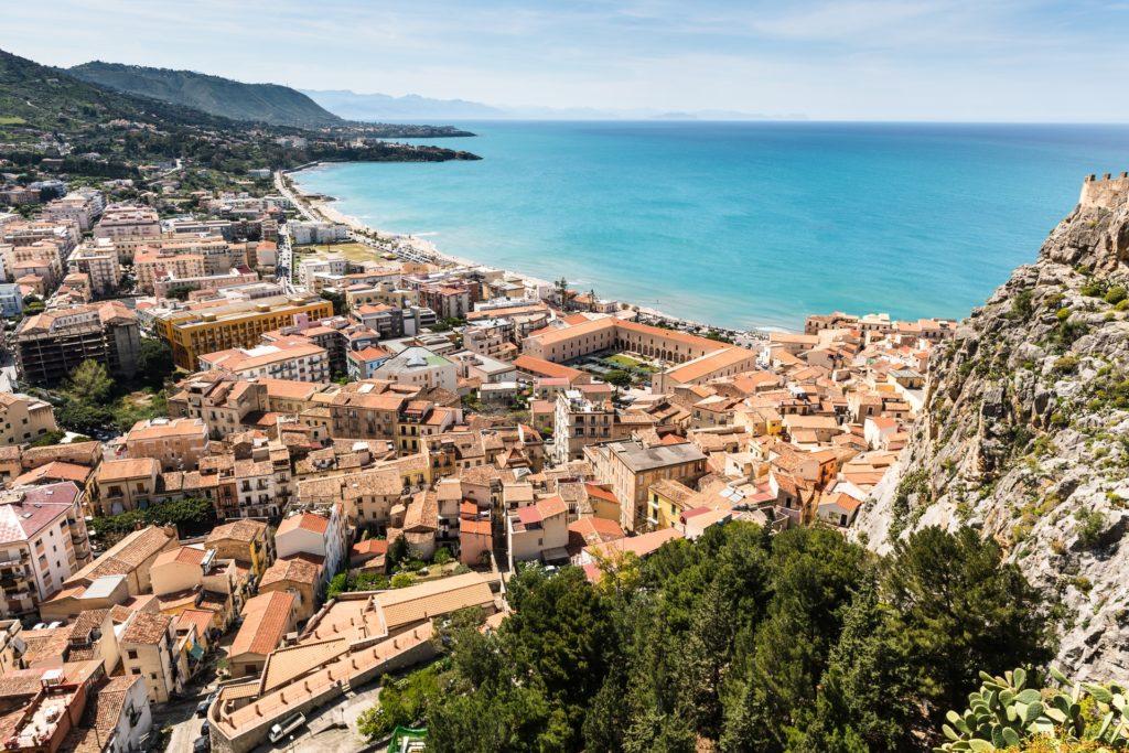 Blick auf die Stadt Cefalù und das Meer, Sizilien, Italien